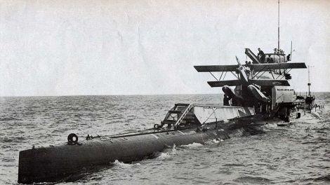 Submarino M-2 preparándose para lanzar su parnall Peto
