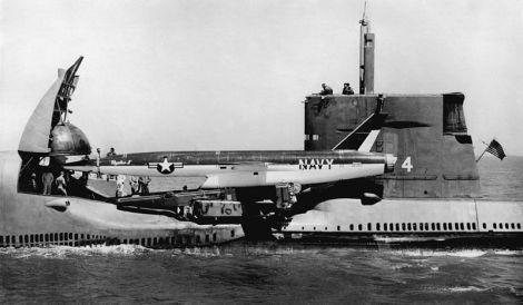 El USS GRAYBACK se prepara para anzar un misil de crucero Regulus II