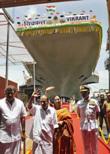El ministro de defensa indio A K Antony junto a su mujer durante los actos de botadura el nuevo portaaviones en el astillero de Cochin (PTI)