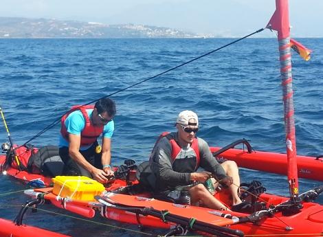 Quico y el cámara que le acompañará hasta Formentera disponiéndose a zarpar rumbo a Algeciras-Ceuta