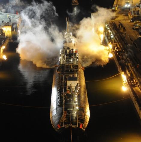 El USS MIAMI en llamas (Fuente: US Navy photo)