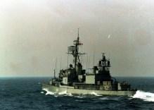 El D64 Lángara mostrando su mastil auxiliar con las características antenas del sistema WLR-1. Es de destacar que dicho mastil es de la versión modificada capaz de recibir equipos pertubadores del tipo ULQ-6 (FlickR Armada Espaóla)