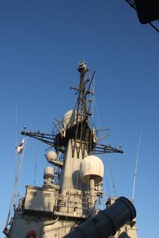 Mastil de la corbeta/patrullero de altura P-78 Cazadora mostrando el receptor ESM ELNATH en el tope y las dos antenas emisoras del equipo CANOPUS en el lado izquierdo. La gran antena en el centrol es un enlace satélte (Gorka L Martínez Mezo)